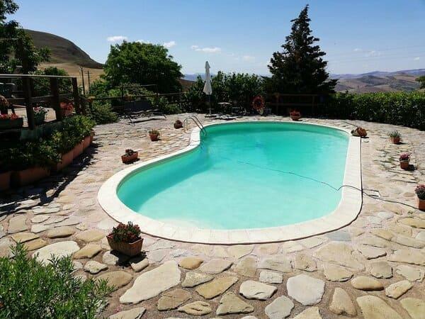 Agriturismo-Masseria-Xireni-a-palermo-con-piscina