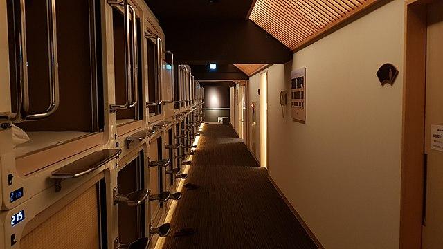 Alcuni-capsule-hotel-a-Tokyo