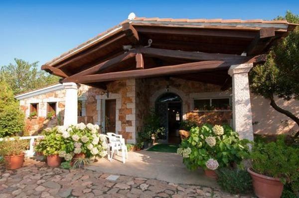 Agriturismo-Guparza-con-piscina-in-Sardegna
